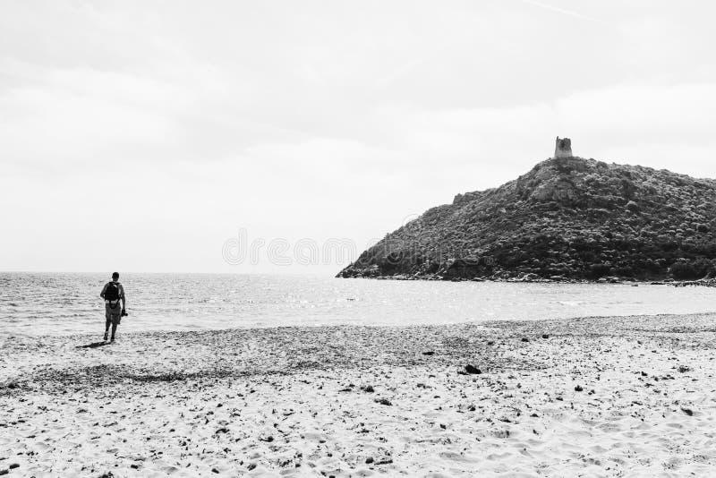 Fotograf i den Porto Giunco stranden arkivbilder