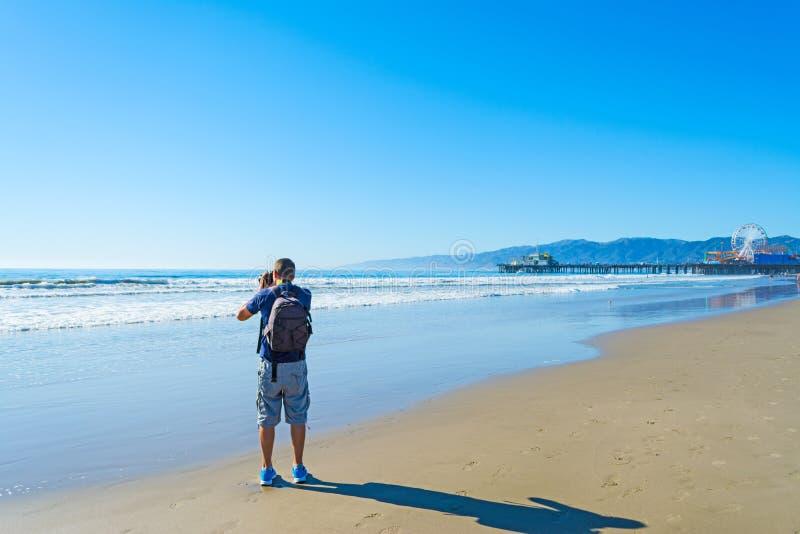 Fotograf i den Santa Monica stranden royaltyfria bilder