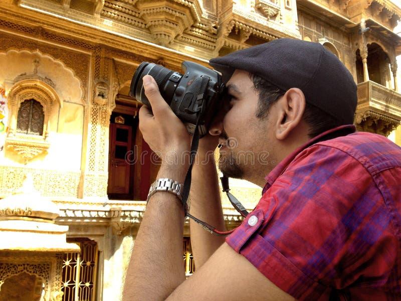 Fotograf i en position fotografering för bildbyråer