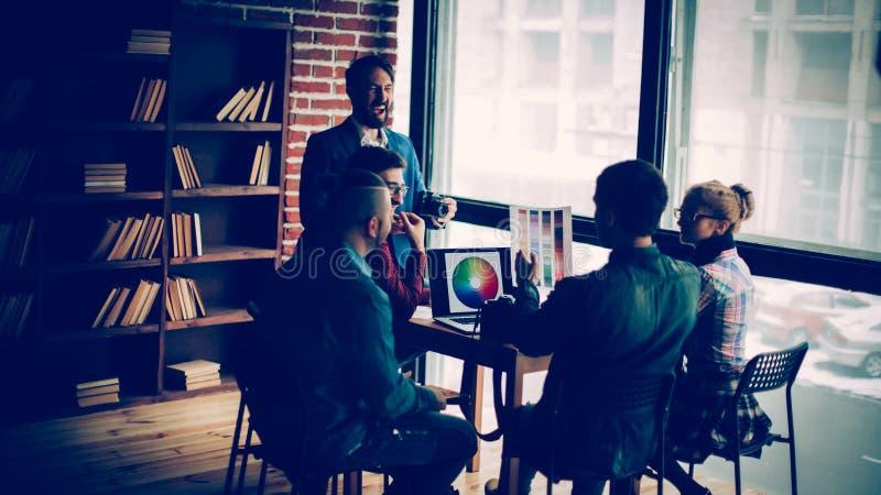 Fotograf i grupa kreatywnie projektanci dyskutujemy kolor zdjęcie royalty free