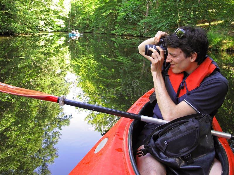 Fotograf i kajak arkivfoton