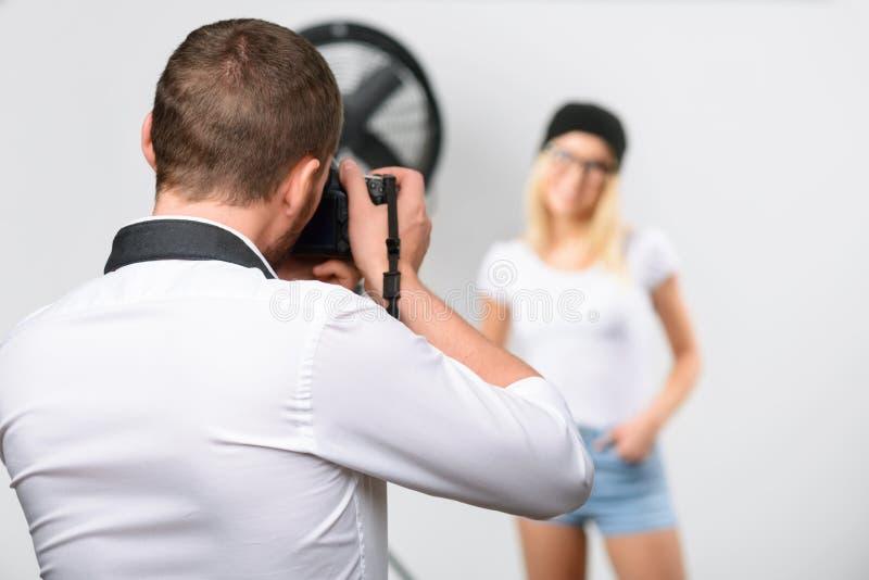 Fotograf i processen av att photoshooting fotografering för bildbyråer