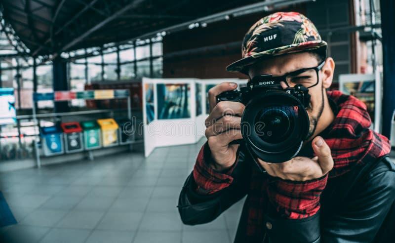 Fotograf innerhalb des Studios lizenzfreie stockbilder