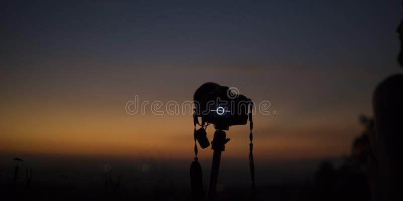 Fotograf kamera przegapia horyzont przy półmrokiem zdjęcie stock