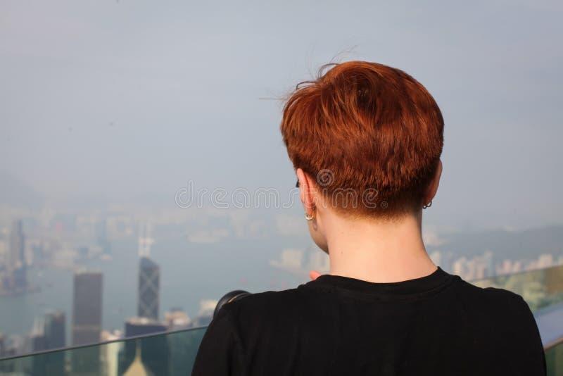 Fotograf machen Foto der Stadt rothaarige Frau, die mit ihr zurück zu Kamera und bewundern Ansicht von Hong Kong steht lizenzfreie stockfotos