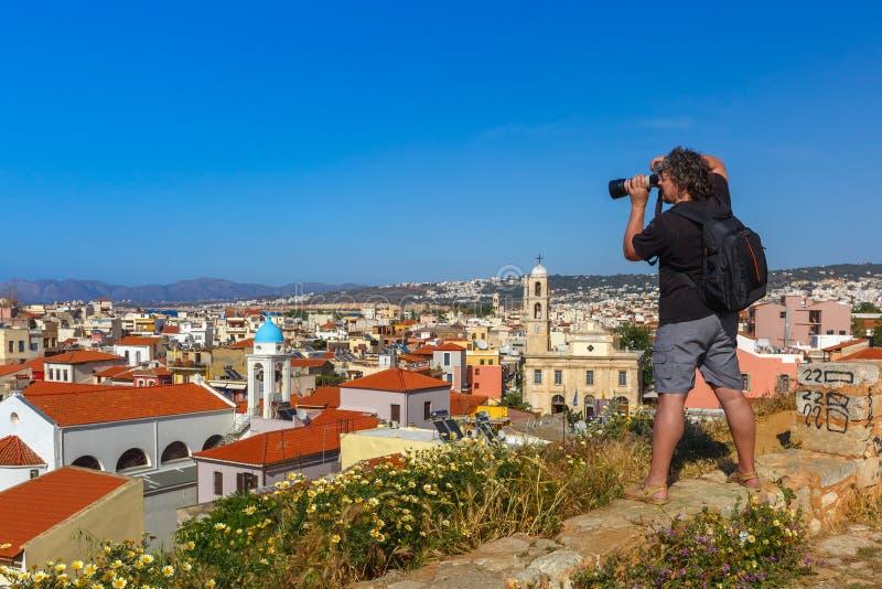 Fotograf macht Foto von Chania, Kreta, Griechenland lizenzfreie stockfotos