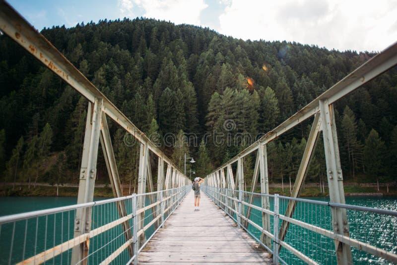 Fotograf macht Foto von der schmalen Brücke stockfoto