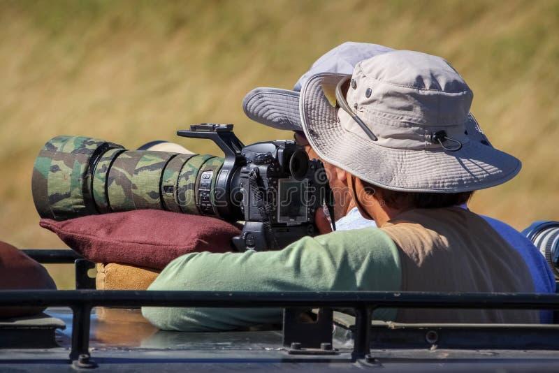 Fotograf macht Fotos von wilden Tieren in Afrika stockfotos