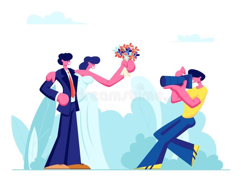 Fotograf Making Picture av unga par av bruden i den vita klänningen som rymmer den blommabuketten och brudgummen i dräkt på bröll royaltyfri illustrationer