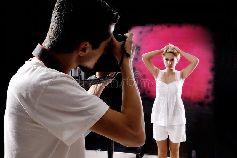 Fotograf med en modell. royaltyfria bilder