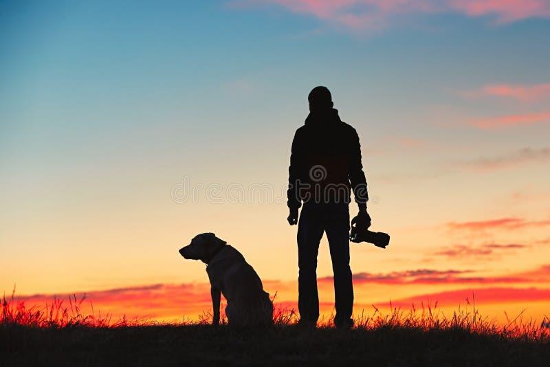 Fotograf med hunden royaltyfri foto