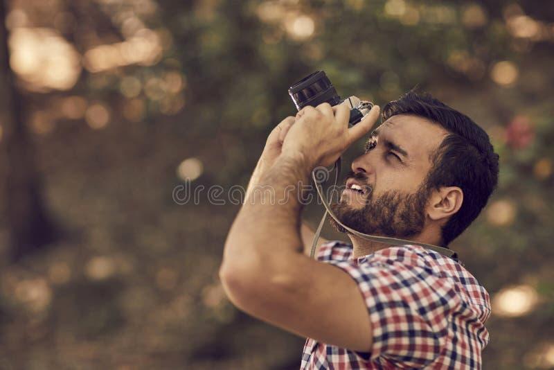 Fotograf mit Bart und Fotoapparat im Freien stockfotos
