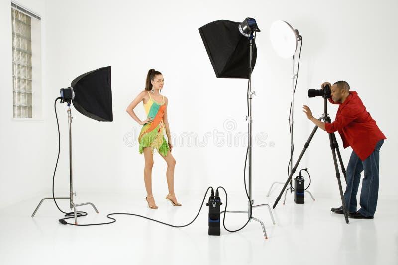 Fotograf mit einem Baumuster. lizenzfreie stockfotos