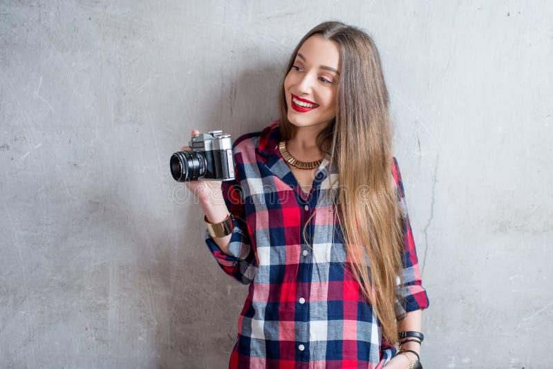 Fotograf mit Retro- Kamera lizenzfreies stockfoto