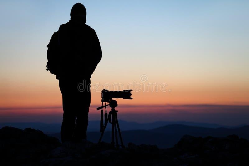 Fotograf mit seiner Kamera lizenzfreies stockbild