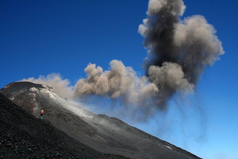 Fotograf nah an Vulkan Ätna lizenzfreie stockfotografie