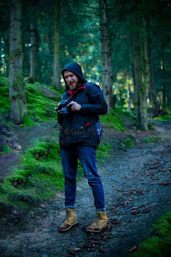 Fotograf obserwuje zmierzch nad lasem i obrazy stock