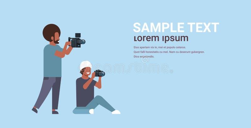 Fotograf och kameraman som använder kameror som skjuter videoen som tar bilder som tillsammans arbetar teamwork under studioperi royaltyfri illustrationer