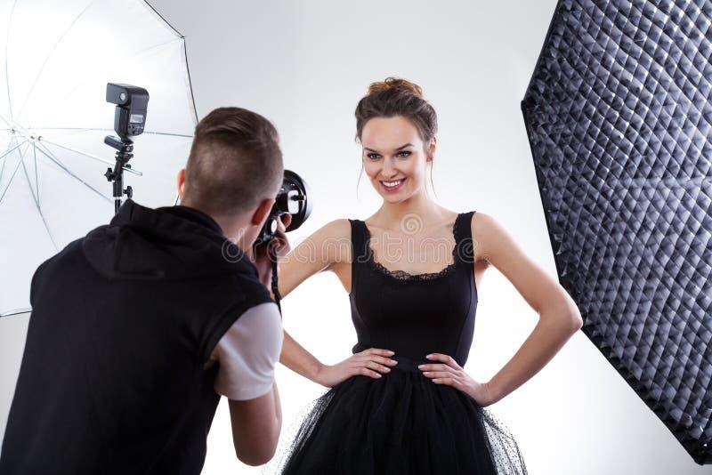 Fotograf och modell som tillsammans arbetar royaltyfria foton