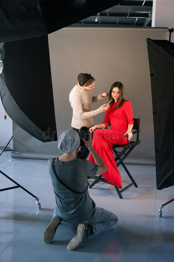 Fotograf- och stylistarbete i studio royaltyfri bild