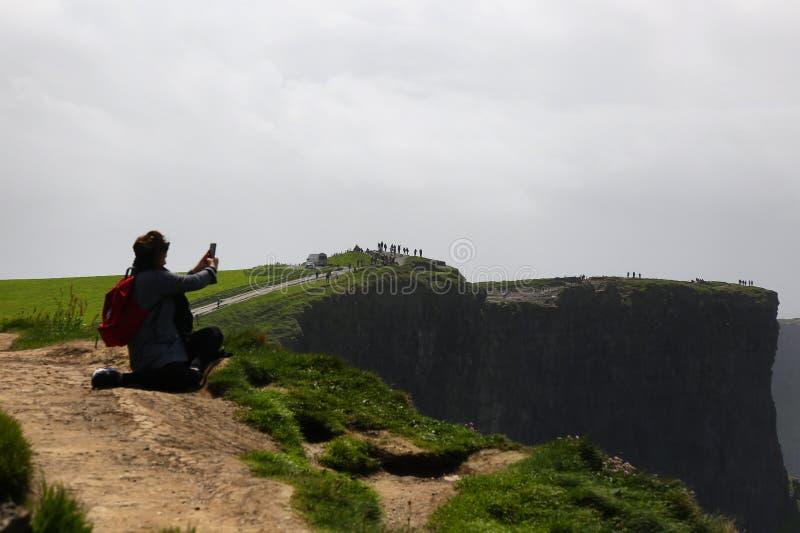 fotograf på klippor av moher royaltyfria bilder