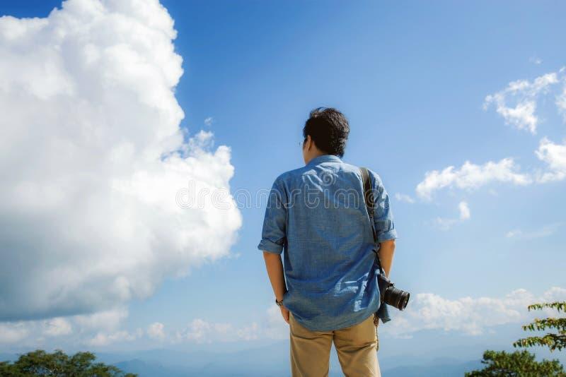 Fotograf podróżnik z niebem obrazy royalty free