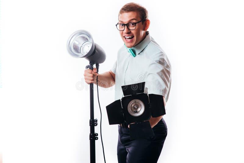 Fotograf in seinem Studio Lichter f?r das bevorstehende photoshoot gr?ndend lizenzfreies stockfoto