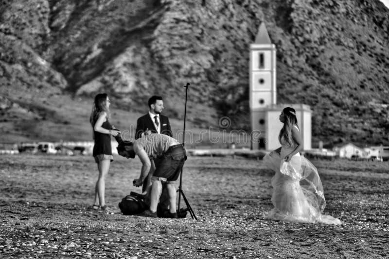 Fotograf som gör fotoperioden för ett bröllop i Cabo de Gata, Almeria royaltyfria foton