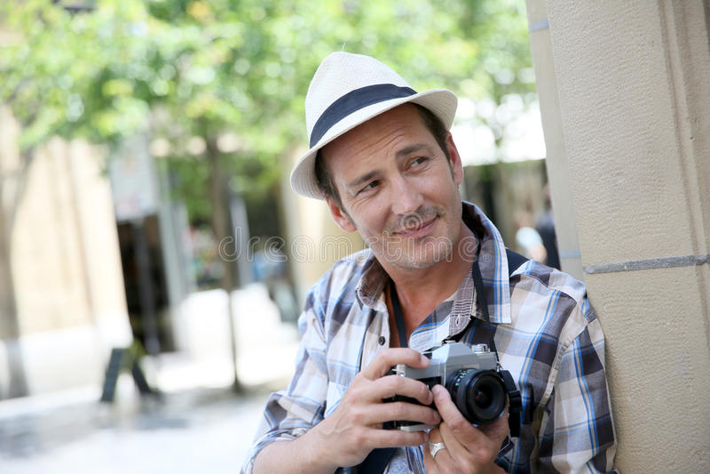 Fotograf som gör fotoreportage i stad arkivbild