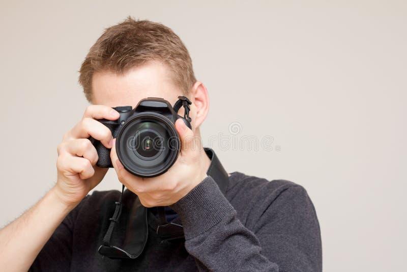 Fotograf som tar bilden med vit bakgrund arkivfoton