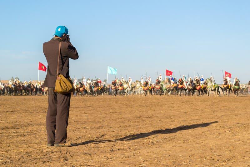 Fotograf som tar en bild av hästryttare royaltyfria foton