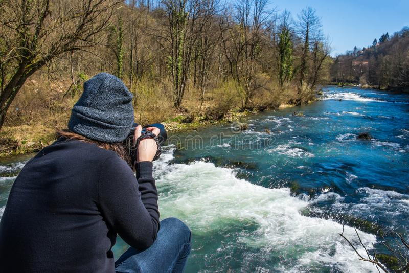 Fotograf som tar en bild av Plitvice, Kroatien royaltyfria bilder