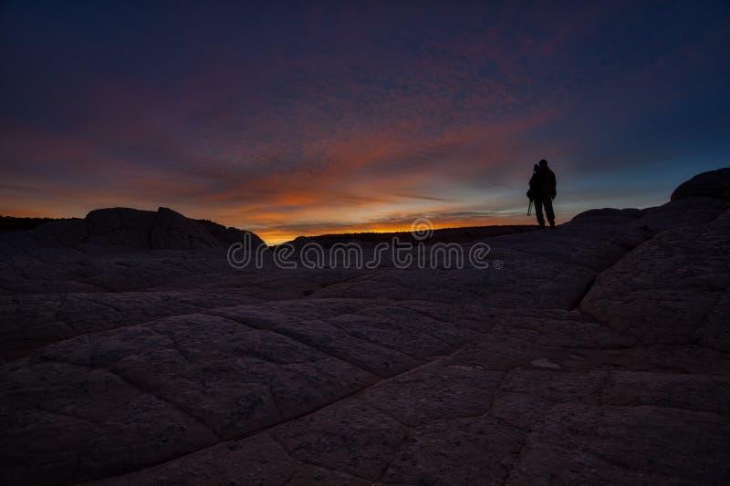 Fotograf sylwetka jako słońce wzrasta nad biel kieszenią AZ obraz royalty free
