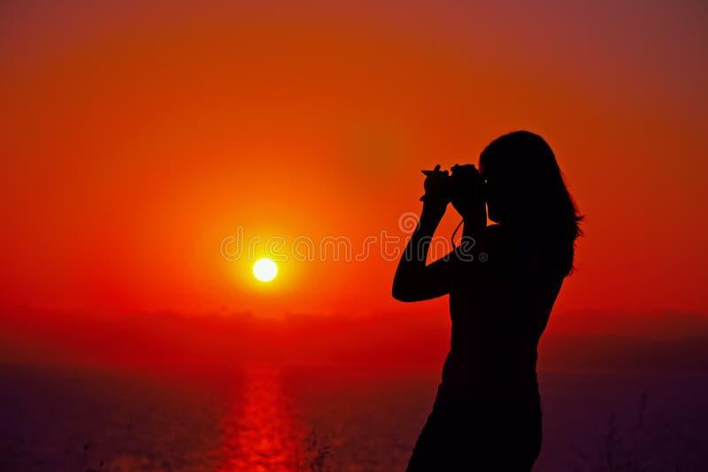 Fotograf sylwetka przy półmrokiem zdjęcia royalty free