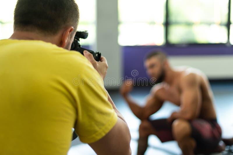 Fotograf Takes Pictures av en kroppsbyggare fotografering för bildbyråer