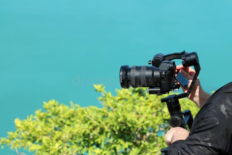 Fotograf trzyma kamery Gimbal stabilizator na górze obraz royalty free