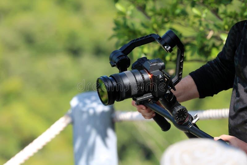 Fotograf trzyma kamery Gimbal stabilizator na górze obrazy royalty free