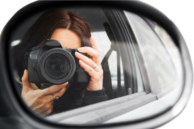 Fotograf używa jego fachową kamerę fotografia royalty free