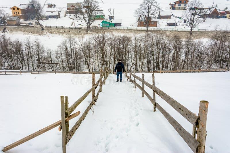 Fotograf uczęszcza różnorodnych kąty Ukraińska wioska w Carpathians podczas zima wakacji zdjęcie stock