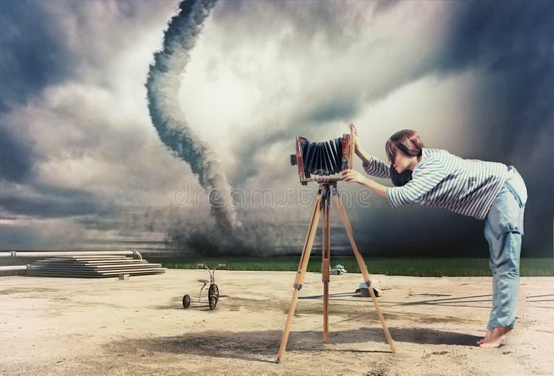 Fotograf und Tornado lizenzfreie abbildung