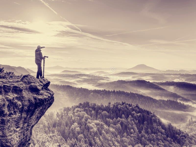 Fotograf untersucht die Landschaft und hört die Ruhe Mann bereiten Kamera macht Fotos vor stockfotografie