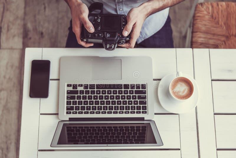 Fotograf w kawiarni fotografia stock