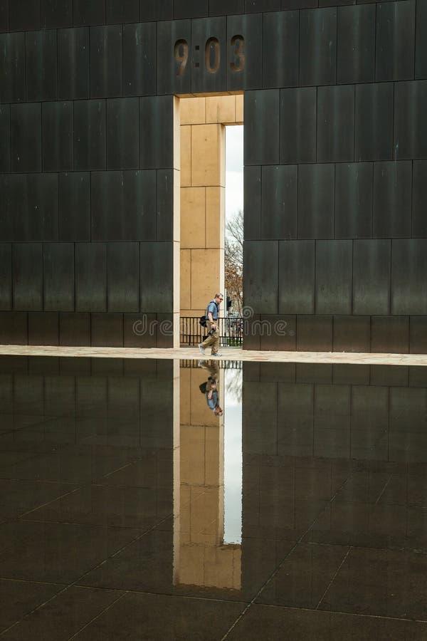 Fotograf Walking på OKC-bombningminnesmärken arkivbild