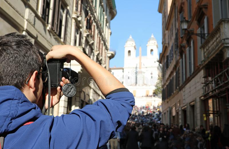 fotograf wewnątrz Przez dei Condotti w Rzym Włochy i kościół fotografia stock