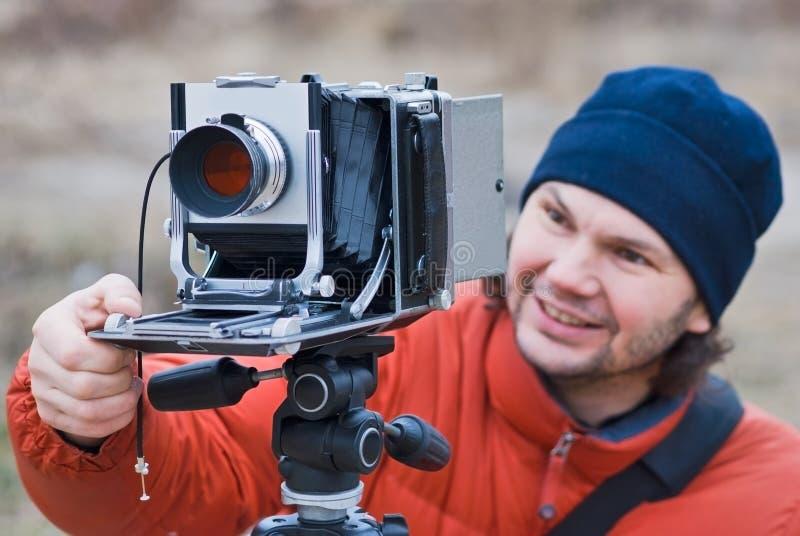 Fotograf z stary kamery strzelać plenerowy.