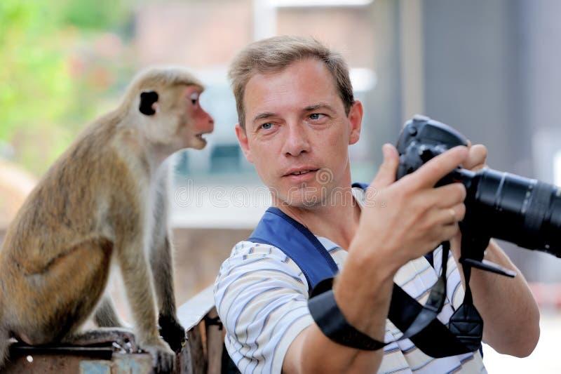 Fotograf zeigt einen Affen stockbilder