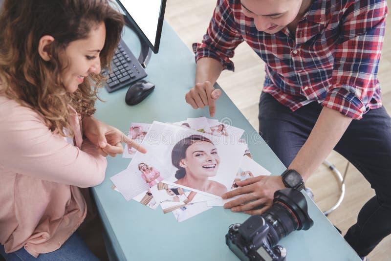 Fotograf zwei, der auf ihr Fotoergebnis zeigt stockfotos