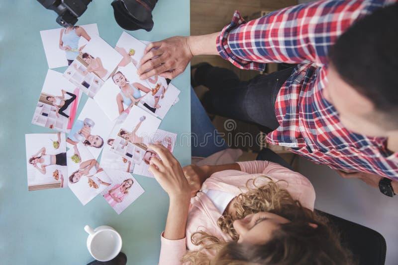Fotograf zwei werfen einen Blick auf ihr Fotoportfolio stockfoto