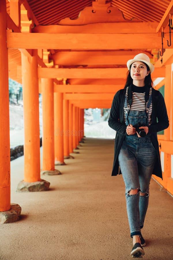 Fotografa odprowadzenie w korytarzu w kasuga taisha obraz stock