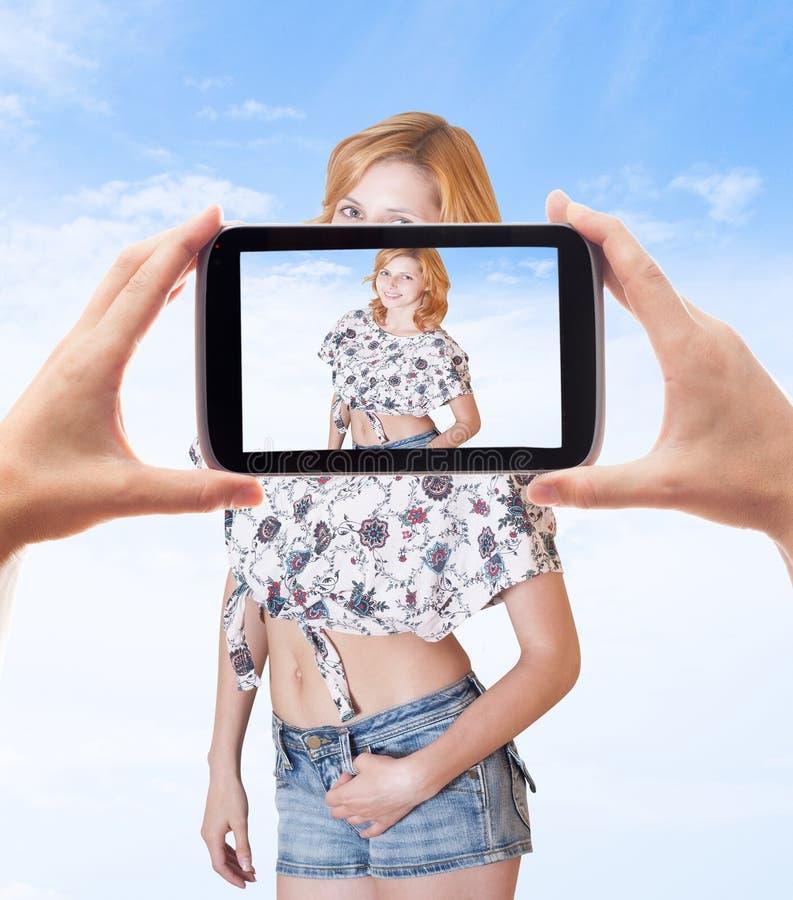 Fotografando a menina bonita do smartphone imagens de stock